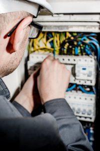 Industriemeister Elektrotechnik an einem Verteilerkasten