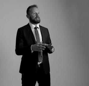 Rhetorik Seminar - Die Kunst der Sprache - Bild: Mann der in einer rhetorischen Position steht.