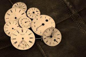 Bild: Uhren die nebeneinander liegen.