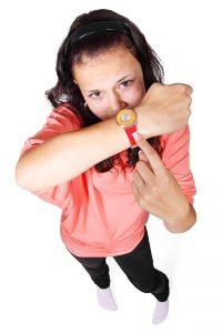 Bild von einer Frau mit Uhr zum Thema des Zeitmanagements
