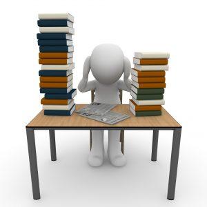 Bild von einem Tisch mit Fachbüchern - Seminar Lernen lernen - mit Lernpsychologie richtig Lernen.