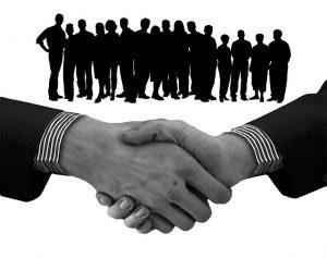 Ausbildung zum Personalfachkaufmann IHK. Das Bild zeigt das Händeschütteln zum erfolgreichen Vertrag.