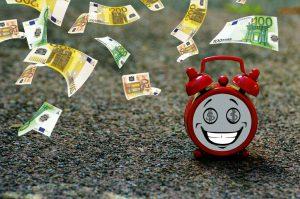 Bild mit fliegendem Geld als Zeichen der Förderung mit WeGebAu einer Weiterbildung