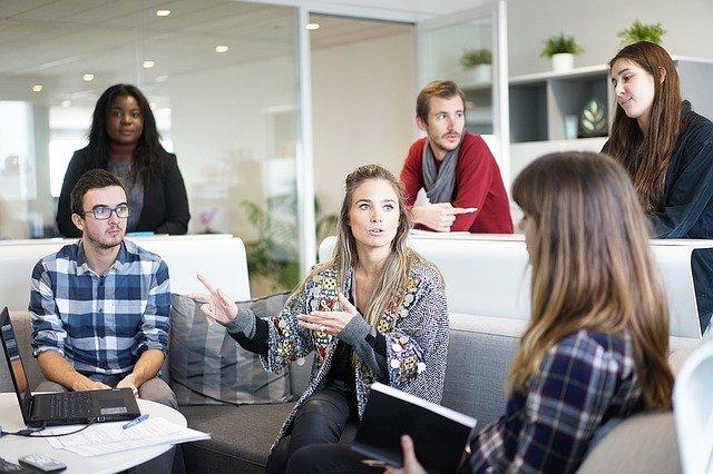 Machen Sie als Personalfachkaufmann Ihre Weiterbildung bei der Akademie KoBiCo - Steuern Sie das nächste Karriere-Level an. Bild von lernenden Personalfachkaufleuten zur neuen Qualifikation.