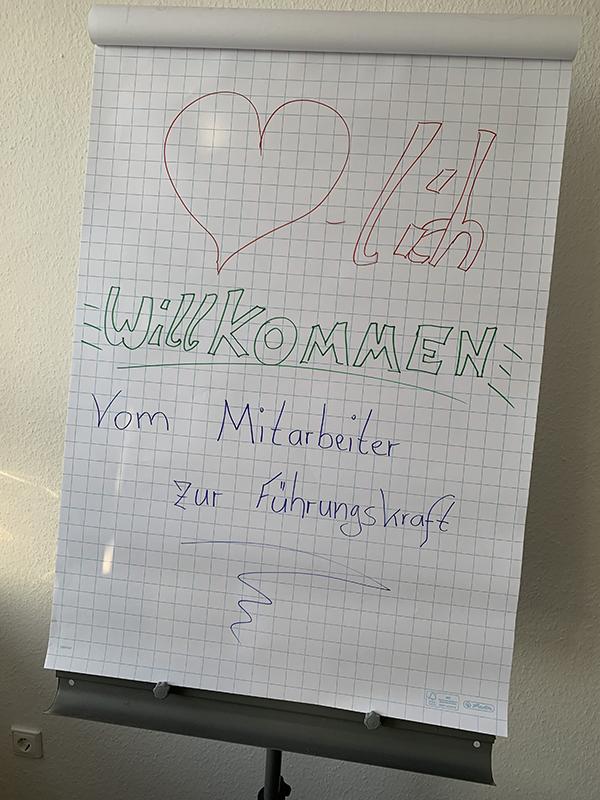 Seminar vom Mitarbeiter zur Führungskraft - Bild: Flipchart Willkommen Schild!