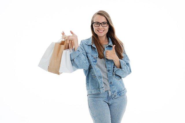Handelsfachwirt - Frau mit Einkaufstaschen im Einzelhandel. Es symbolisiert, was der HAndelsfachwirt in seine Taschen bekommt, wenn er bei der Akademie KoBiCo die Weiterbildung macht.