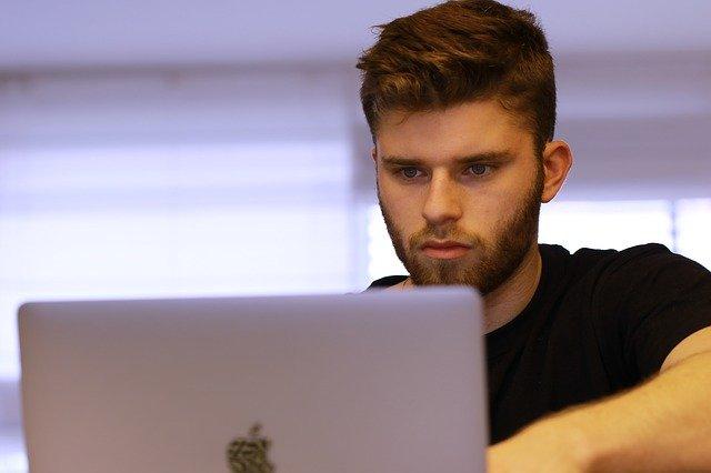 Ein Personalfachkaufmann arbeitet an einem Apple Laptop - Bild