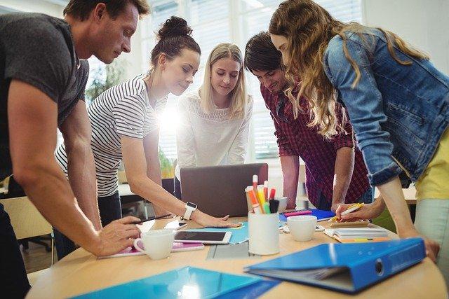 Der Ausbilderschein nach AEVO kann auch samstags umgesetzt werden. Lernen Sie in einer angenehmen Gruppe für ihre Ausbildereignungsprüfung. - Bild Gruppe lernen