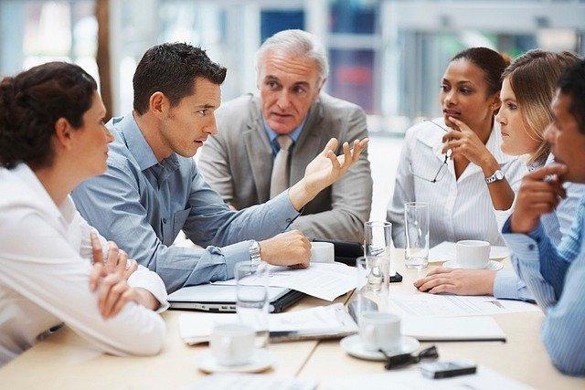 Bilanzbuchhalter diskutieren über Rechnungen - Bild