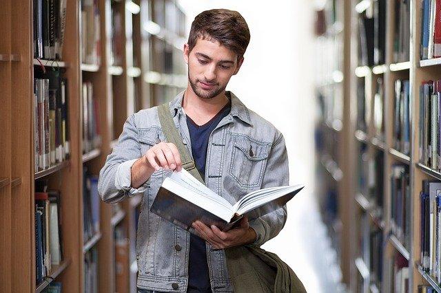 Personalfachkaufmann lernt für die IHK Prüfung - Bild